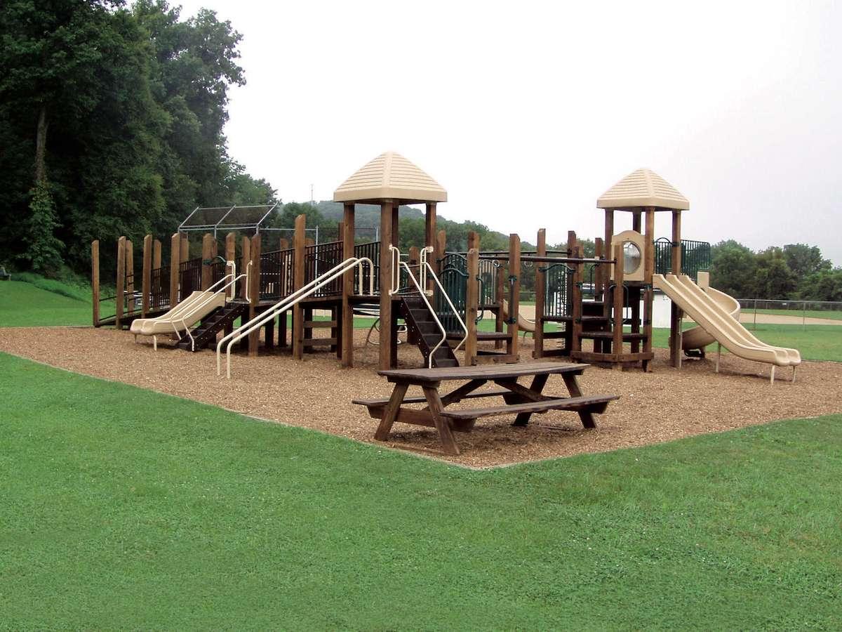 Aree ricreative e parchi gioco con pavimentazioni resina o erba